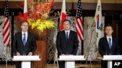 지난해 1월 일본 도쿄에서 미한일 외교차관들이 협의회를 가진 후 공동기자회견을 하고 있다. 왼쪽부터 미국의 토니 블링큰 국무부 부장관, 사이키 아키타카 일본 외무성 사무차관, 한국의 임성남 외교부 제1차관. (자료사진)