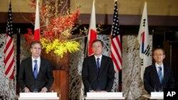 지난 16일 일본 도쿄에서 미한일 외교차관들이 협의회를 가진 후 공동기자회견을 하고 있다. 왼쪽부터 미국의 토니 블링큰 국무부 부장관, 사이키 아키타카 일본 외무성 사무차관, 한국의 임성남 외교부 제1차관.
