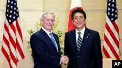 美國國防部長馬蒂斯2月3日與日本首相安倍晉三會談時握手