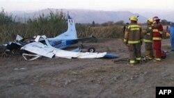 Nhân viên cứu hỏa Peru bên cạnh xác chiếc máy bay lâm nạn ở Nazca, ngày 10/2/2010
