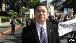 民進黨立委蔡煌榔1月16日在行政院外 (美國之音申華拍攝)