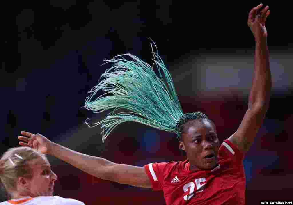 Jogos Olímpicos 2020 - angolana Azenaide Carlos em acção em jogo preliminar do grupo A de andebol com a Holanda. Tóquio, 29 de Julho 2021