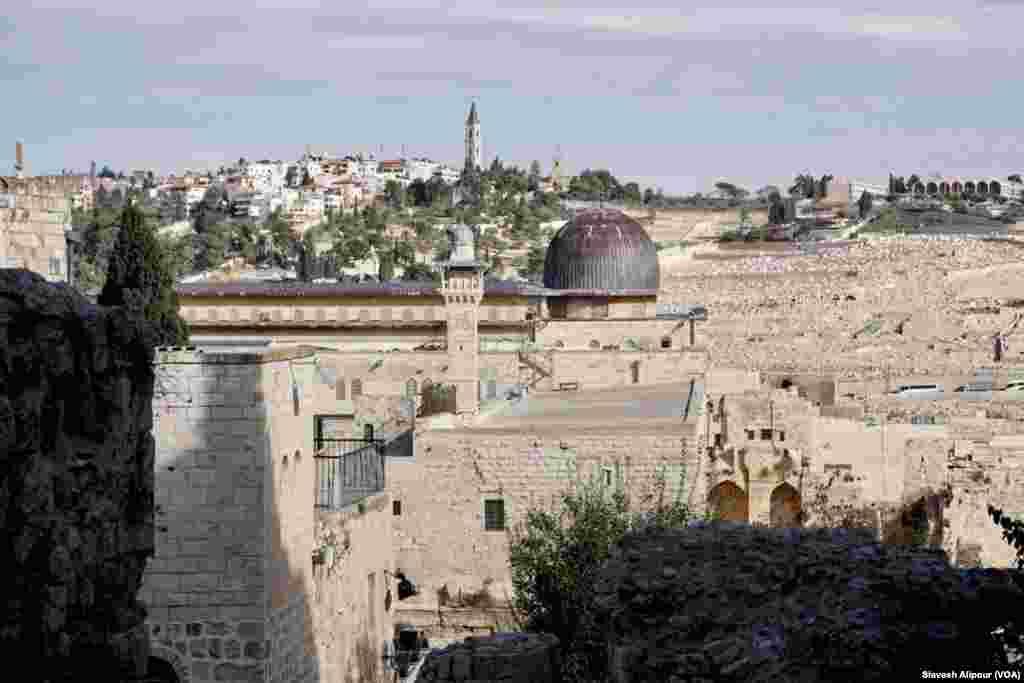 از بخش قدیمی و غربی شهر اورشلیم و نگاهی به مسجد الاقصی. برعکس تصور خیلی ها این مسجد با گنبد تیره، مسجد الاقصی است، نه آن مسجد با گنبد طلایی.