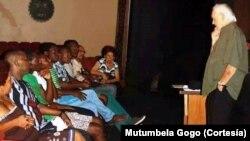 Henning Mankell durante um ensaio no Teatro Avenida em Maputo