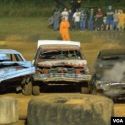 """Salah satu mobil peserta """"Demolition Derby""""."""