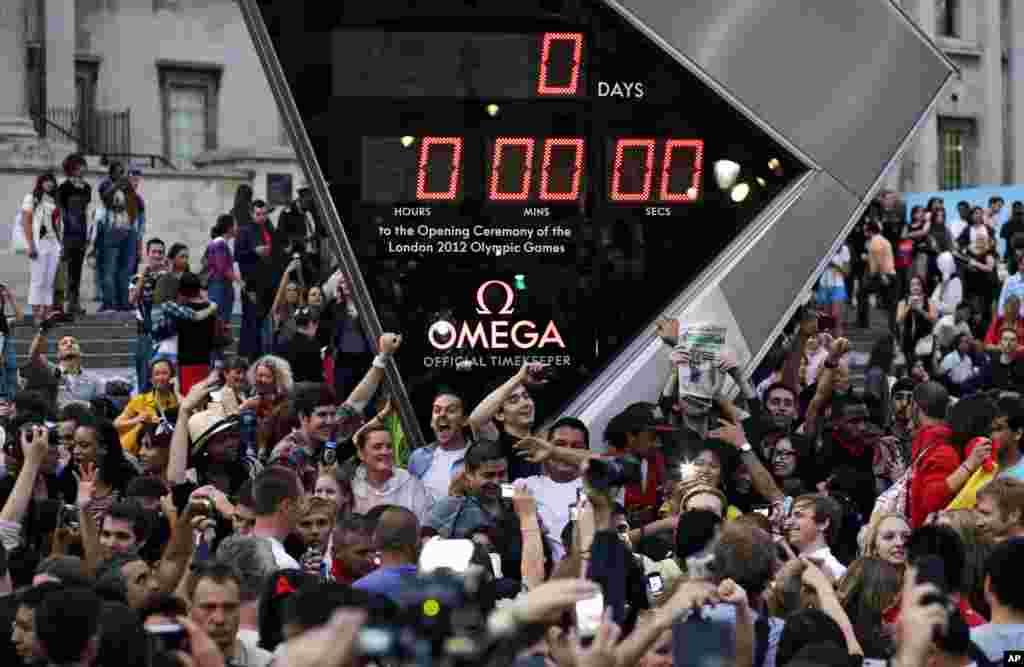 Para penonton mengabadikan jam hitung mundur di Trafalgar Square di pusat kota London, sebelum Upacara Pembukaan Olimpiade 2012 hari Jumat (27/7).