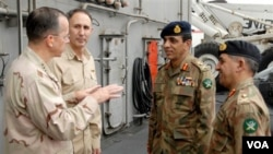 Pemimpin militer AS Laksamana Mike Mullen (kiri) berbicara dengan pemimpin militer Pakistan Jenderal Ashfaq Kayani, dan kepala badan intelijen Pakistan, Ahmad Shuja Pasha (kanan) - (foto: dok).