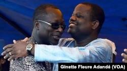 Sébastien Ajavon, patron des patrons, à droite, et le président Patrice Talon, tous deux candidats à la dernière présidentielle, s'embrassent pendant la campagne électorale, Cotonou, Bénin, 2016. VOA/Ginette Adande.