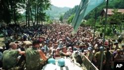 Arhiva - Holandski pripadnici snaga UN sede na bornim kolima okruženi mislimanskim izbeglicama iz Srebrenice, nedaleko od Potočara, u istočnoj Bosni, Bosna i Hercegovina, 13. jula 1995.