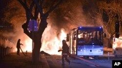 Nhân viên cứu hỏa làm việc tại hiện trường vụ nổ ở Ankara đã giết chết 28 người, ngày 17 tháng 2 năm 2016.