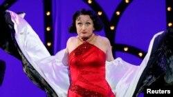 La actriz Caroline O'Connor durante su actuación de una escena del musical 'A Christmas Story' en la entrega de los Premios Tony.