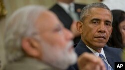 Tổng thống Hoa Kỳ Barack Obama (phải) nghe Thủ tướng Ấn Độ Narendra Modi phát biểu trước giới truyền thông trong cuộc họp ở Phòng Bầu dục của Tòa Bạch Ốc, Washington, ngày 7 tháng 6 năm 2016.