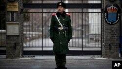 Bảo vệ canh gác trước cổng Đại sứ quán Thụy Điển ở Bắc Kinh.