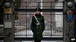 中國軍人在瑞典駐華大使館外站崗。