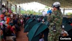 Al tiempo con la entrega de mercados, ayuda humanitaria y asistencia, efectivos del Ejército también conversan con los damnificados de la tragedia de Mocoa, quienes son atendidos en los albergues dispuestos por el Gobierno. Foto: Presidencia de Colombia.