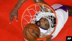 Pebasket DeAndre Jordan saat memasukkan bola ke dalam net saat bertanding melawan klub Orlando Magic di Los Angeles, 11 Januari 2017. (AP Photo/Mark J. Terrill)