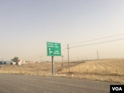 A road sign points the way to Mosul, June 6, 2016. (S. Behn/VOA)