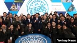 한-아세안 특별정상회의를 앞두고 3일 서울 프레스센터에서 열린 '아세안 로드쇼(ASEAN on Wheels)' 출정식에서 정해문 한-아세안센터 사무총장과 주한아세안 외교단 등 참석자들이 기념촬영을 하고 있다.