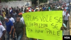 Protester holds poster that reads «Thieves belong in jail, not in the palace» in Port-au-Prince, Haiti, June 9, 2019. (Matiado Vilme, VOA Créole)