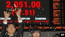 韩国交易所人员在收市股票指数显示屏前。(资料照片)