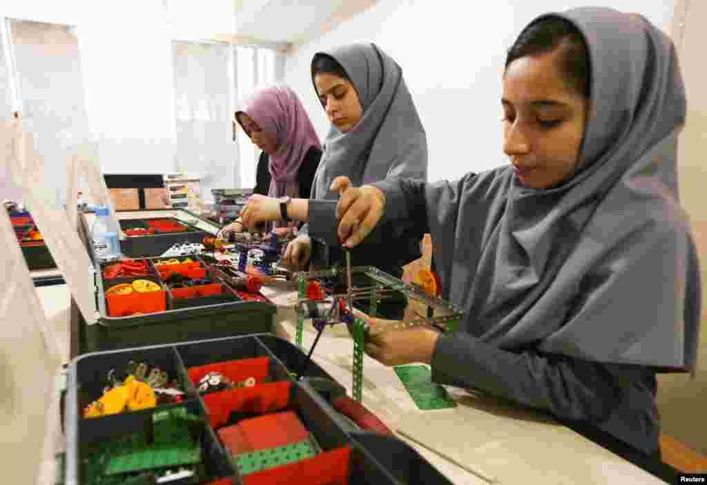 د افغانستان روبات جوړونکې انجونې چې دوه ځلې یې د ویزې غوښتونلیکونه په کابل کې د امریکا د سفارت لخوا منل شوي نه وو، تر هغه وروسته امریکا ته راغلې چې ولسمشر ډونالډ ټرمپ شخصاً هغوي ته د ویزو د ورکولو سپارښتنه وکړه.