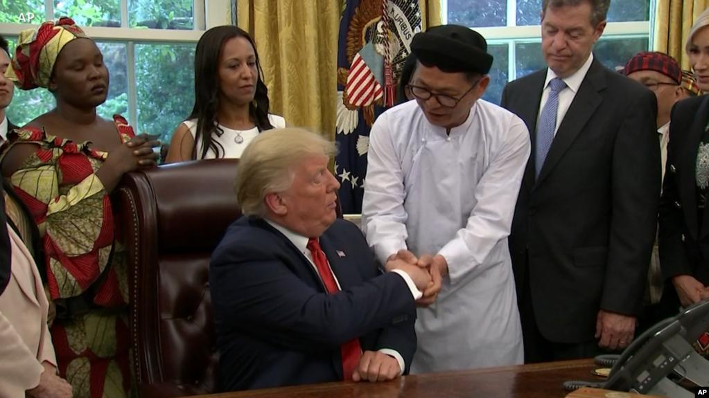 Đạo hữu Cao Đài Lương Xuân Dương trong lần gặp Tổng thống Mỹ Donald Trump ở Nhà Trắng