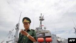 В'єтнамський прикордонник поруч з американським військовим кораблем.