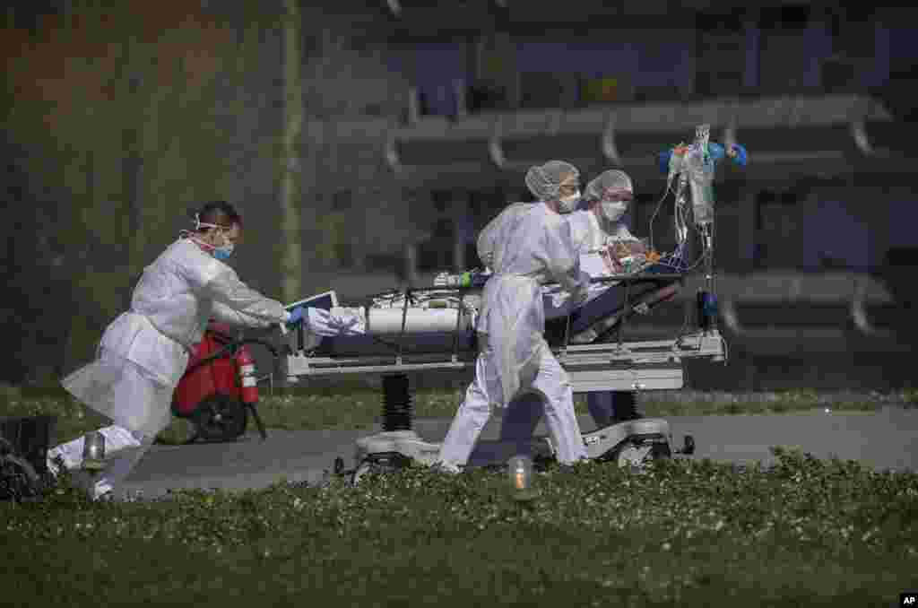 A victim of the coronavirus is taken out of the Mulhouse civil hospital, eastern France.