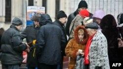 Часть «протестующих» пришли на митинг за деньги. Выплаты проводились возле метро «Третьяковская». Геннадий Гудков заявил «Голосу Америки», о том, что непричастен к этому.