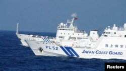 지난달 4일 센카쿠 열도 인근 해양에서 일본 자위대 순시선(앞)과 중국 해양감시선이 대치한 채 나란히 항해하고 있다.