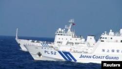 동중국해 영유권 분쟁 도서인 센카쿠 열도 인근 해양에서 일본 자위대 순시선(앞)과 중국 해양감시선이 대치한 채 나란히 항해하고 있다. (자료사진)
