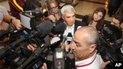 Ông Riad Seif (giữa), một nhân vật bất đồng chính kiến Syria, nói chuyện với các nhà báo tại cuộc họp ở Doha, Qatar, 8/11/12