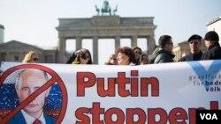 Miting solidarnosti sa Ukrajinomispred Brandenburške kapije u Berlinu. 9. mart, 2014.