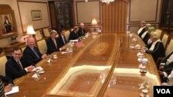 Američki državni sekretar Džon Keri sa zvaničnicima iz Omana