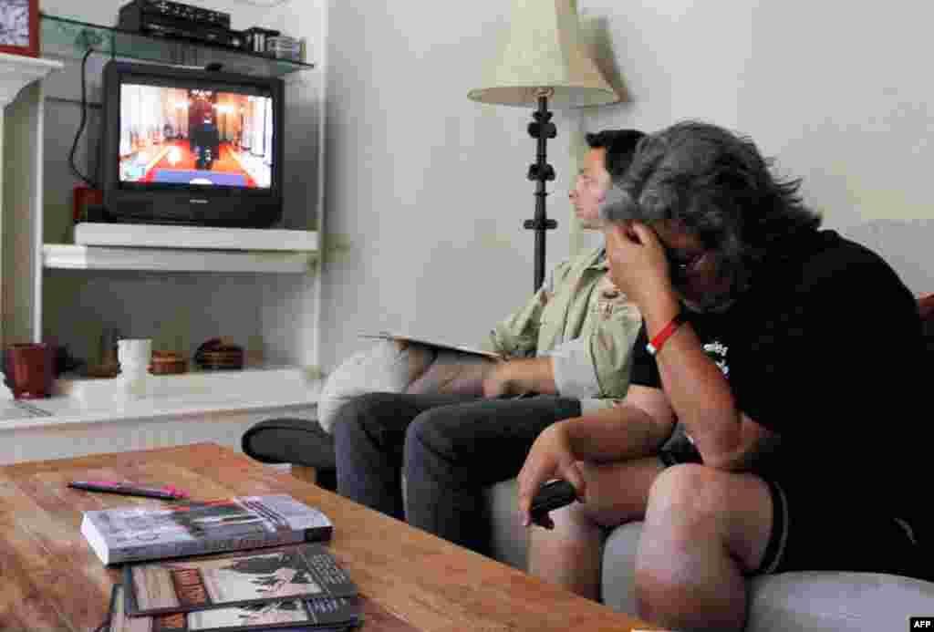 22 tháng 6: Bà Rosanna Cambron (áo đen), có con trai phục vụ tại Iraq, bật khóc sau khi nghe Tổng thống Obama đọc bài diễn văn loan báo quyết định rút bớt quân từ Afghanistan, bước đầu quan trọng nhằm đưa Hoa Kỳ tiến đến chỗ chấm dứt can dự vào cuộc chiến