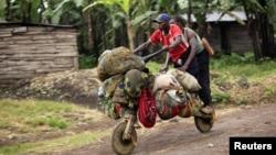 Dân chúng chạy lánh nạn vì giao tranh giữa quân đội Congo và nhóm nổi loạn M23