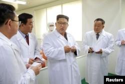 김정은 북한 국무위원장이 평양 대동강주사기공장을 방문했다고 조선중앙TV가 24일 보도했다.