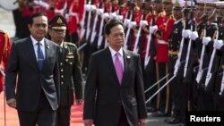 Thủ tướng Việt Nam Nguyễn Tấn Dũng duyệt đội danh dự cùng với Thủ tướng Thái Prayuth Chan-ocha ở Bangkok hôm 23/7.