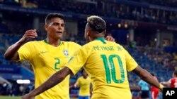 Thiago Silva, kushoto, na Neymar baada ya kufunga goli la pili la Brazil, 27 juni 2018.