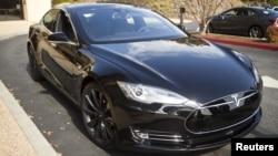 Mobil Tesla Model S versi piranti lunak 7.0 dipamerkan di Palo Alto, California, 14 Oktober 2015 (Foto: dok).