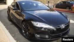 Một chiếc xe Tesla Model S với phiên bản phần mềm cập nhật 7.0 có tính năng tự hành trong một sự kiện của hãng Tesla ở Palo Alto, California ngày 14 tháng 10 năm 2015.