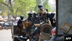 Les soldats burkinabè patrouillent à Ouagadougou, Burkina Faso, 3 mars 2018