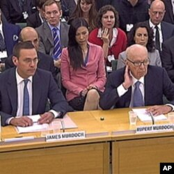 James Murdoch អ្នកគ្រប់គ្រង News Corporation ទ្វីបអឺរ៉ុប និង Rupert Murdoch នាយកប្រតិបត្តិ និងជាចាងហ្វាងសាជីវកម្មនេះ (ស្តាំ) បង្ហាញខ្លួននៅមុខគណៈកម្មការសភា ដើម្បីឆ្លើយនឹងការលួចស្តាប់ការសន្ទនាតាមទូរស័ព្ទ នៅឯ Portcullis House ទីក្រុងឡុង ថ្