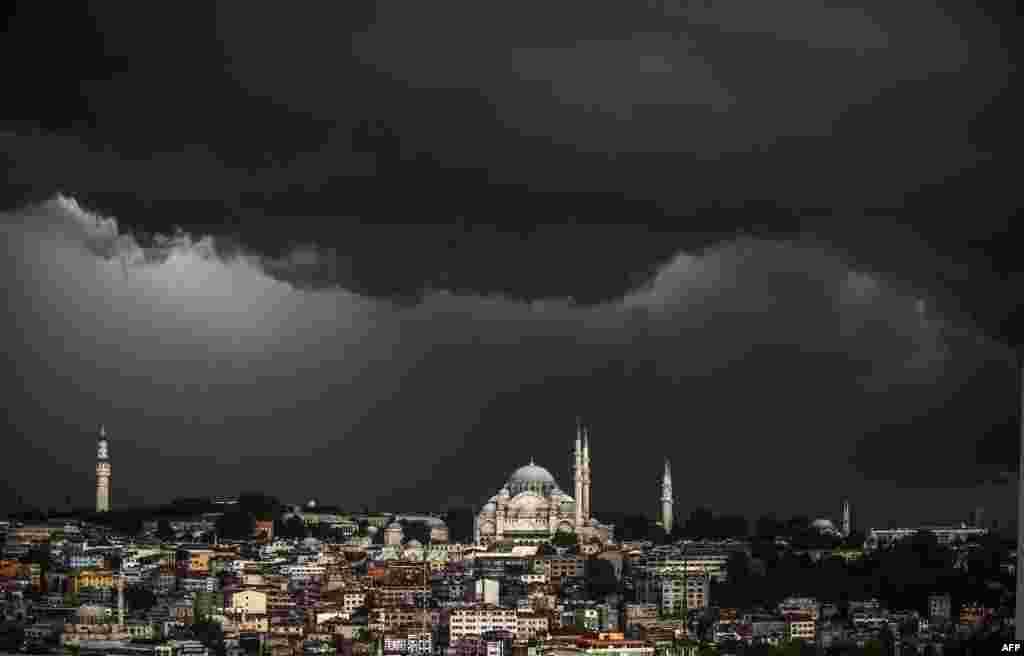 Mây đen vần vũ trên Nhà thờ Hồi giáo Suleymaniye trong một cơn bão ở Istanbul, Thổ Nhĩ Kỳ.