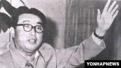 1967년 6월 용성기계공장을 현지지도하는 김일성.