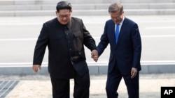 سەرۆکی کۆریای باشوور مون جەی ئین لەگەڵ ڕابەری کۆریای باکوور کیم جۆنگ ئون