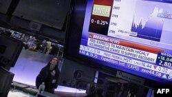 Cô Tina Vlitas, một chuyên viên, đang theo dõi quyết định của Fed tại sàn giao dịch chứng khoán New York