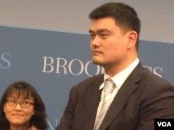 蓝球明星姚明在华盛顿的研讨会上(美国之音 莉雅拍摄)