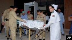 Các bác sĩ quân đội Pakistan đưa nữ sinh 14 tuổi Malala Yousufzai từ một bệnh viện quân sự tới sân bay ở Rawalpindi, ngày 15/10/2012