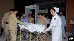 Toliblar o'qidan og'ir yaralangan 14 yoshli Malala Yusufzoy qo'shimcha muolaja uchun Pokistondan Britaniyaga yuborilmoqda, 15-oktabr, 2012-yil.